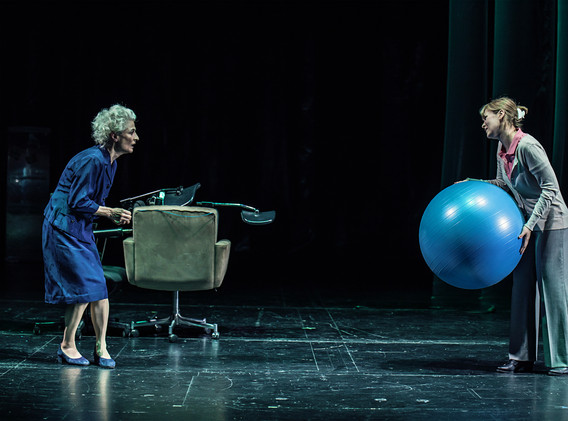 DER FISKUS, Felicia Zeller/Theater Ulm - Regie: Cremer/ Asstattung: Mollérus/ Musik: Kämmerer/ Foto: Lonzek/ BEA MITENNEN: Mayr/ ELFI NANZEN: Ostapenko