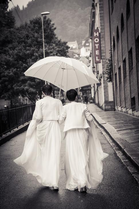 Bryllupsfotografering i regnet i Bergen.