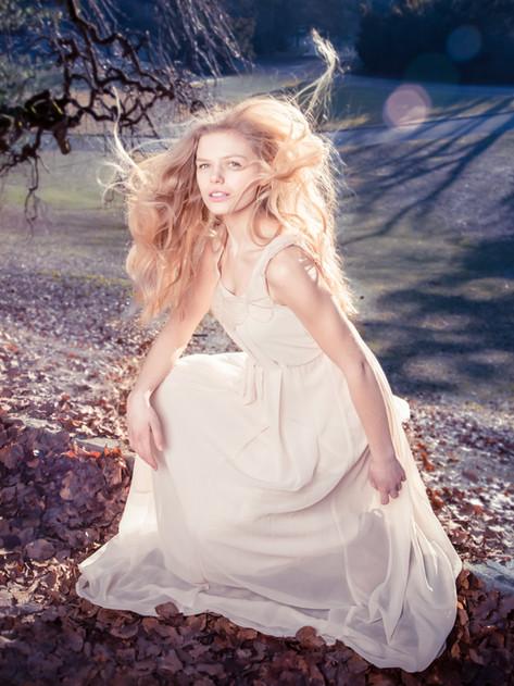 Skjønnhet og mote inspirert foto med styling av hår, sminke og klær etter dine ønsker.