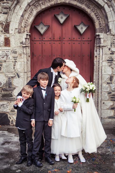 Familiebilde på bryllup utenfor Voss kyrkje.