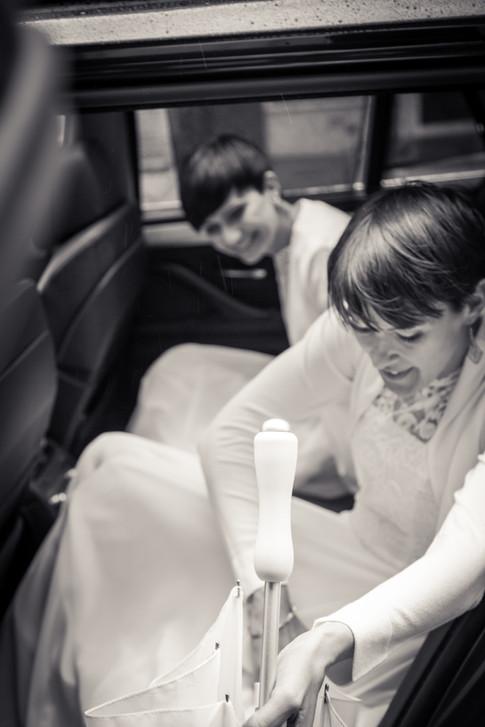 Brudene i limousine på vei til bryllupsfotografering i Bergen.