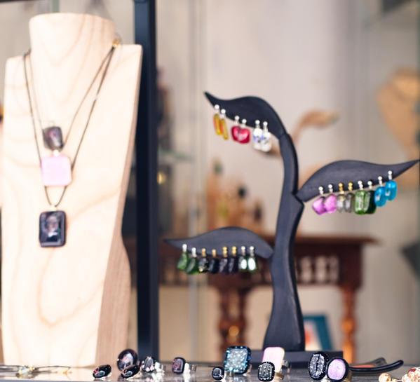 Bijoux composés de pièces en verre fusionné