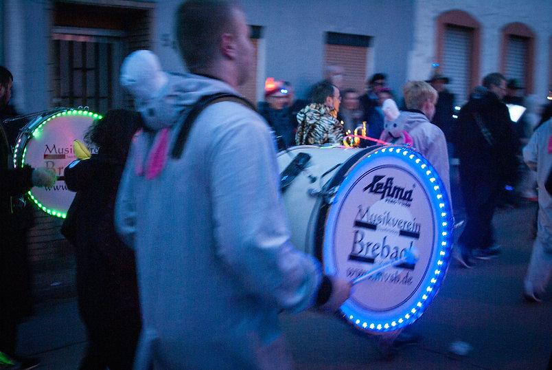 lumiere-carnaval-photo-couleur-deco-evenements-tirage-photographie-photographe-deguisement-fete-char-enfants-famille-fanfare-musique- tambour