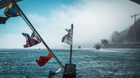 Bateau et Drapeaux flottant a l'entree de Porto