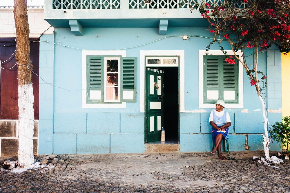 La vieille dame devant sa maison a Boa Vista, Cap Vert