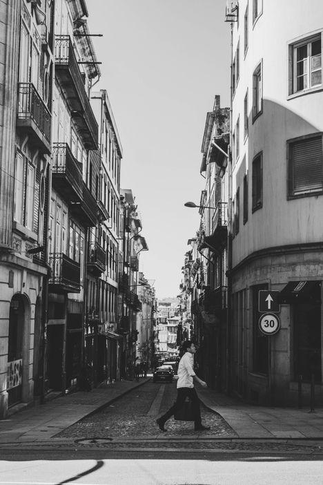 Passant traversant la rue, Noir et Blanc