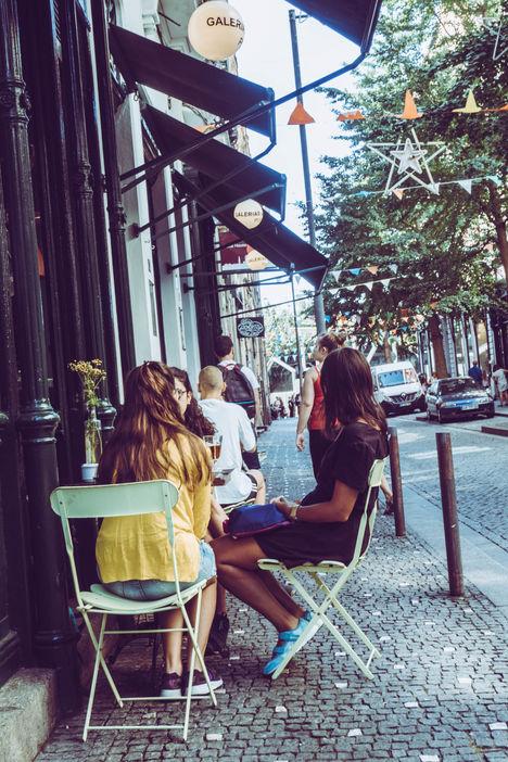 Clientes attablées à un café de Porto
