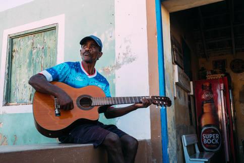Guitariste sur un Muret