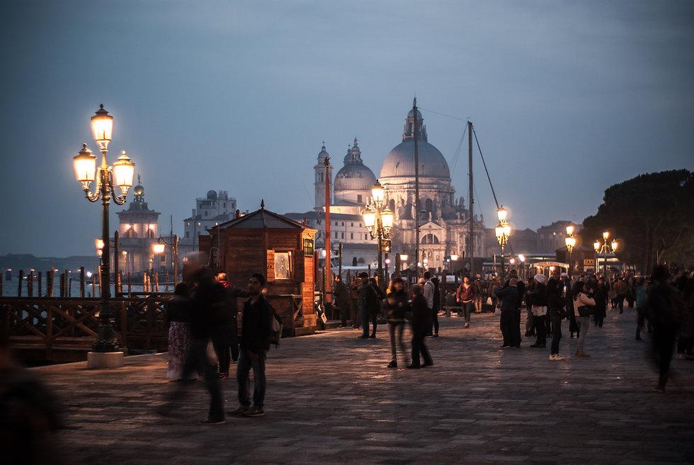 photographie-photographe-venise- déco-quai-nuit-cathédrale
