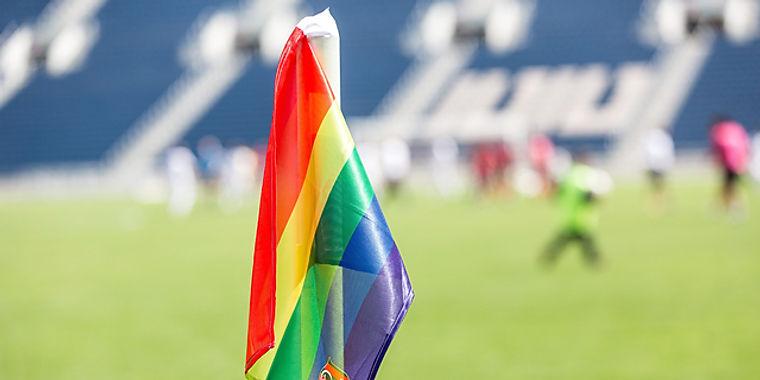 דגל הגאווה באיצטדיון טדי
