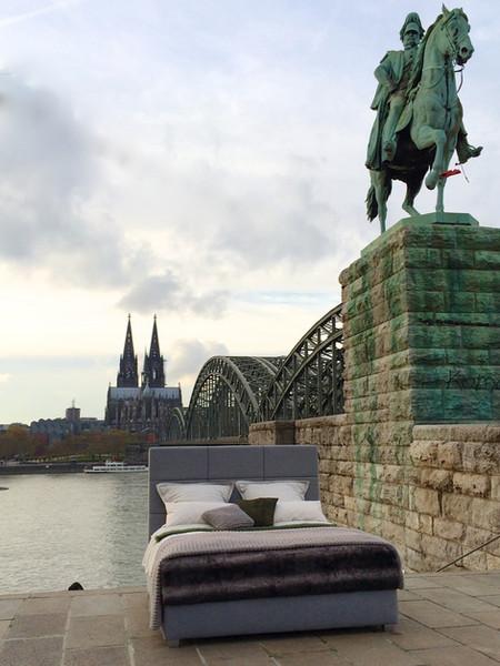 Inszenierung eines Bettes vor dem Kölnerr Dom