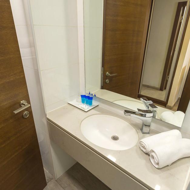 מקלחת מלונית ג'