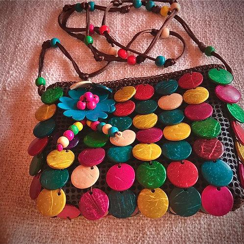 Borsa a spalla colorata con aggiunte decorazioni in legno