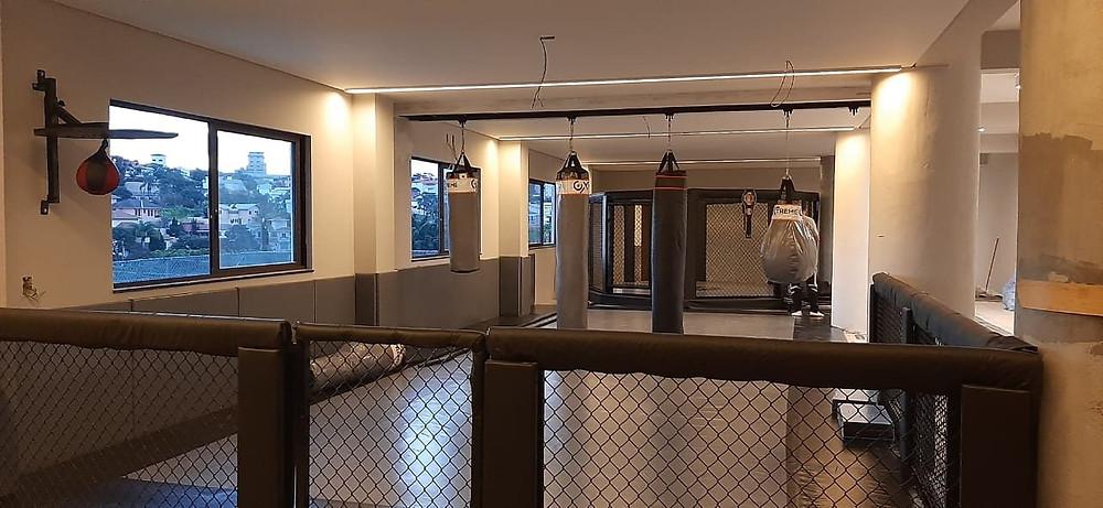 Academia de luta residencial completa, com tatame, octógono, proteção de parede, sacos de pancadas, trilho, corda naval , jump e muito mais.