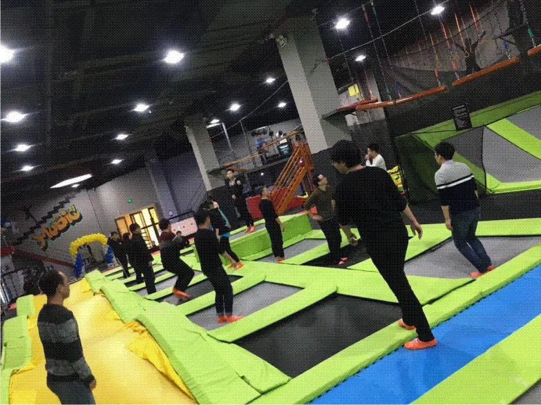 As academias de lutas até mesmo se utilizam das camas elásticas para treinos de acrobacia e resist~encia física