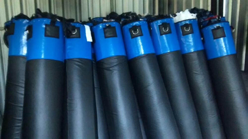 Sacos de pancada de boxe e muay thai em processo de produção na fábrica do Grupo Star Fit