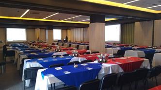Salón Platino con mesas para conferencias