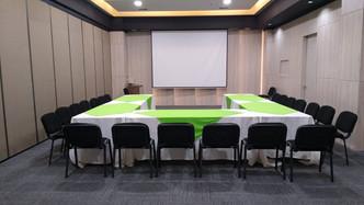 Salón Ejecutivo con mesas para juntas