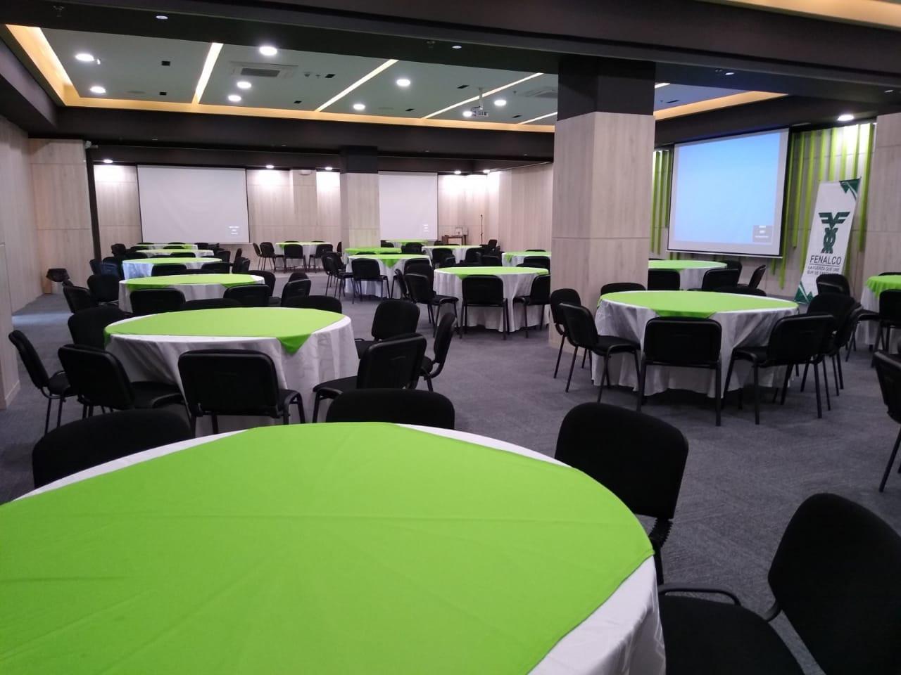 Salón Platino con mesas