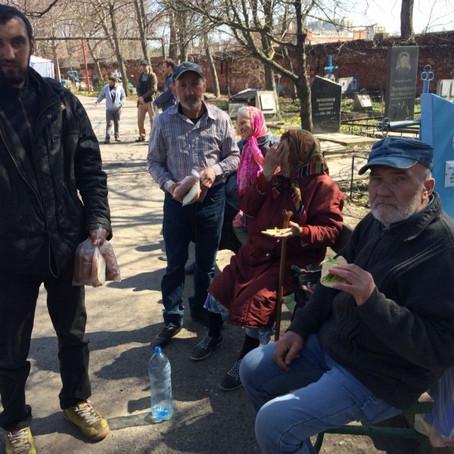 Молодые прихожане Вознесенского храма передали горячие обеды бездомным