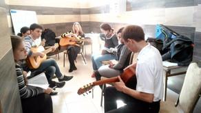 Состоялось занятие по игре на гитаре для молодежи Центрального благочиния