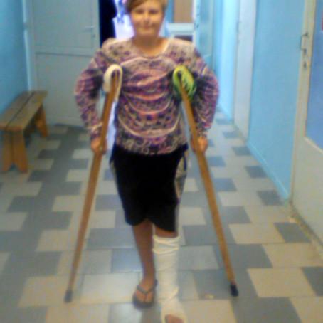 Соц работники Вознес храма показали помощь мальчику после операции в больнице
