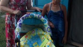 Социальные работники привезли детскую коляску многодетной семье.