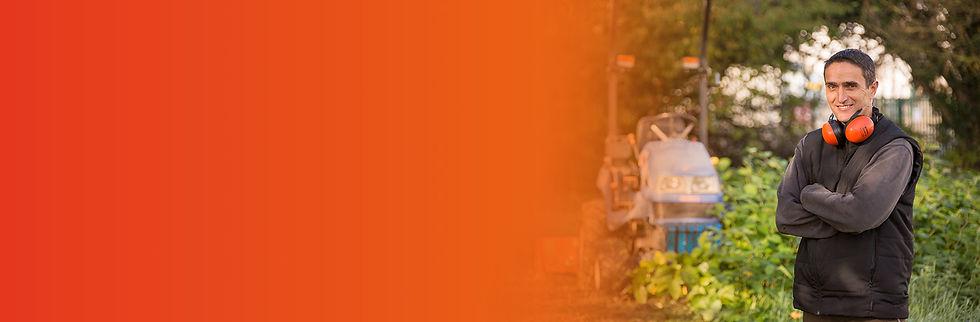 Portrait d'un des chefs d'équipe posant avec son tracteur tondeuse dans un jardin de la ville de Brive-la-Gaillarde. Il représente la section espaces verts de la société Prox multi-travaux.