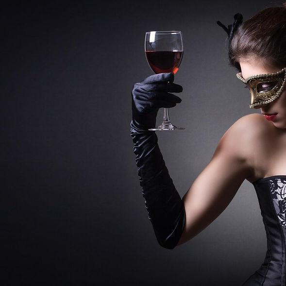 mujer_con_corse_negro_antifaz_y_copa_de_
