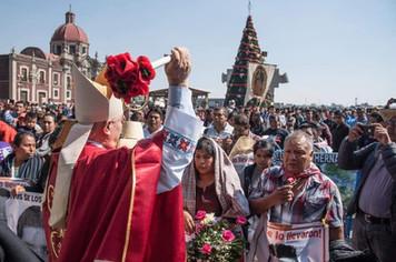 Monseñor Rangel pidiendo en la Basílica de Guadalupe por familiares de los 43 desaparecidos