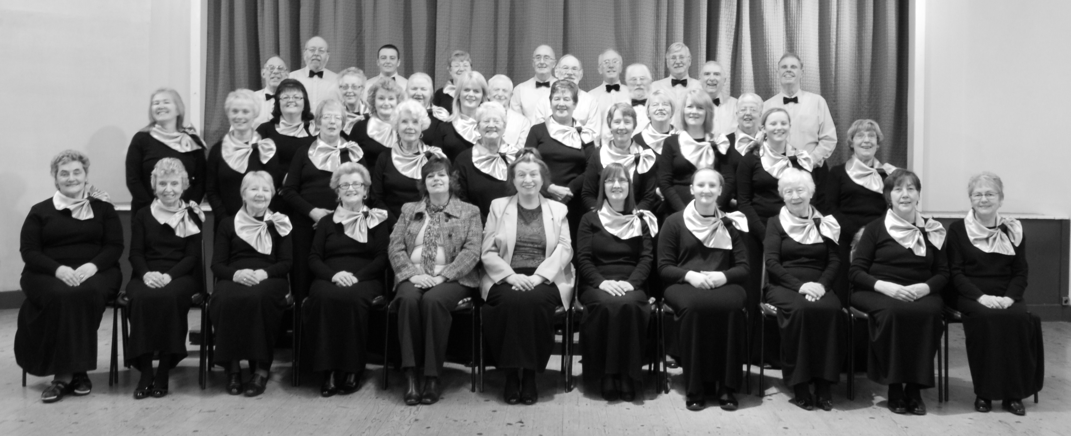 HS 2010 full choir (2) b n w.jpg