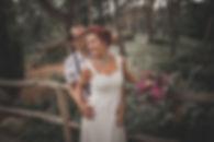 Ein sich in den Armen liegendes Brautpaar bein Fotoshooting