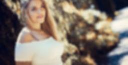 Eine Frau im Park bei Sonnenschein im Sommer