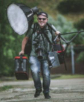 Ein laufender Fotograf mit seinem Equipment