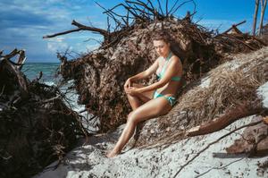 Fotograf Bernhard Fuhrmann  beim Sommer Shooting mit einem Model am Meer
