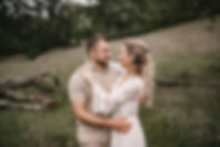 Eine Frau und ein Mann turteln beim Fotoshooting