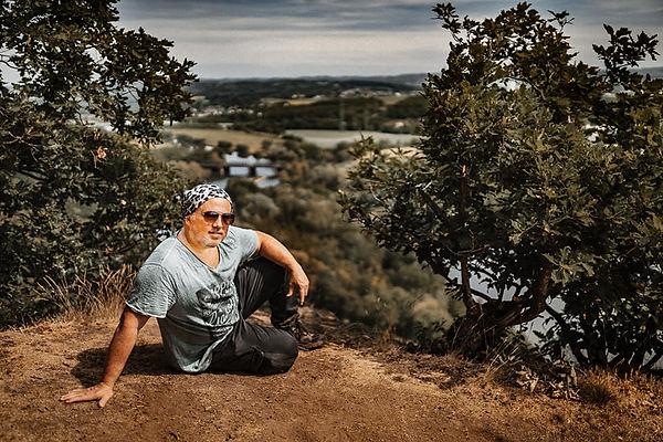 Ein Mann sitzt auf einem Berg