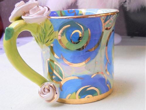 Tasse gerade mit Blumenmuster in blau/grün - Henkel grün, Rose beige