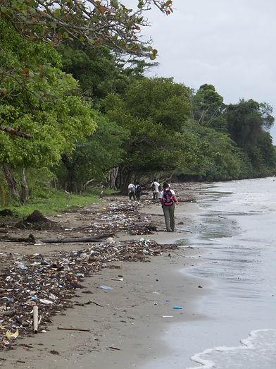 Každodenní cesta ze školy po pláži, děti