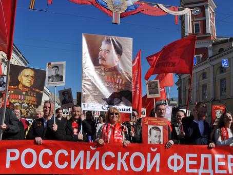 Красный День Победы. Колонна коммунистов, ветеранов и комсомольцев прошла по Невскому проспекту в Са