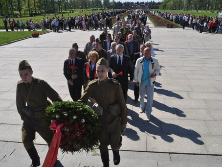 Несколько тысяч петербуржцев возложили цветы на Пискаревском кладбище.