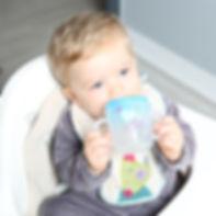 bebe-apprend-a-boire-tout-seul.jpg
