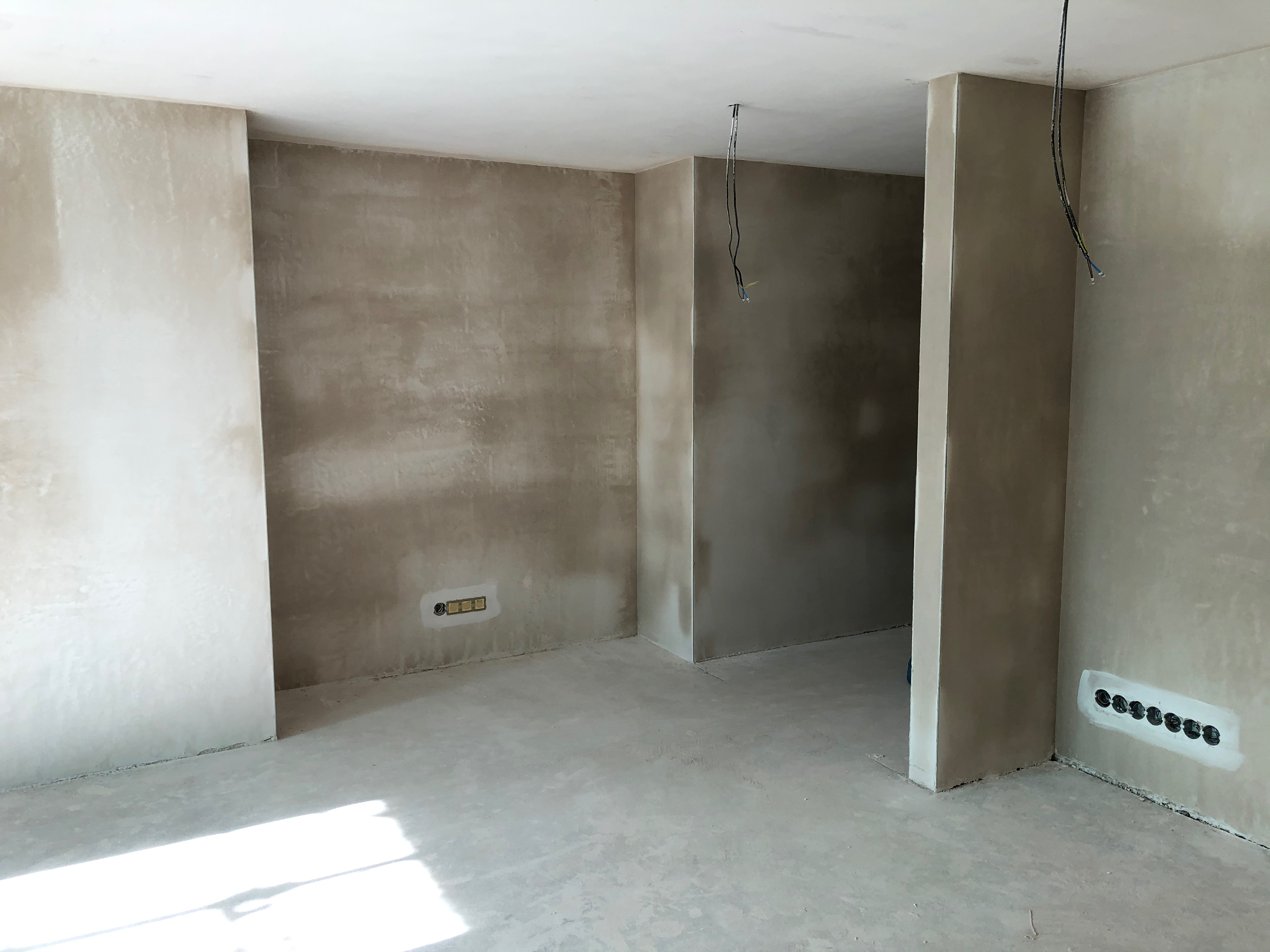 strojní sádrová omítka (stěny), strojní sádrová stěrka (stropy)