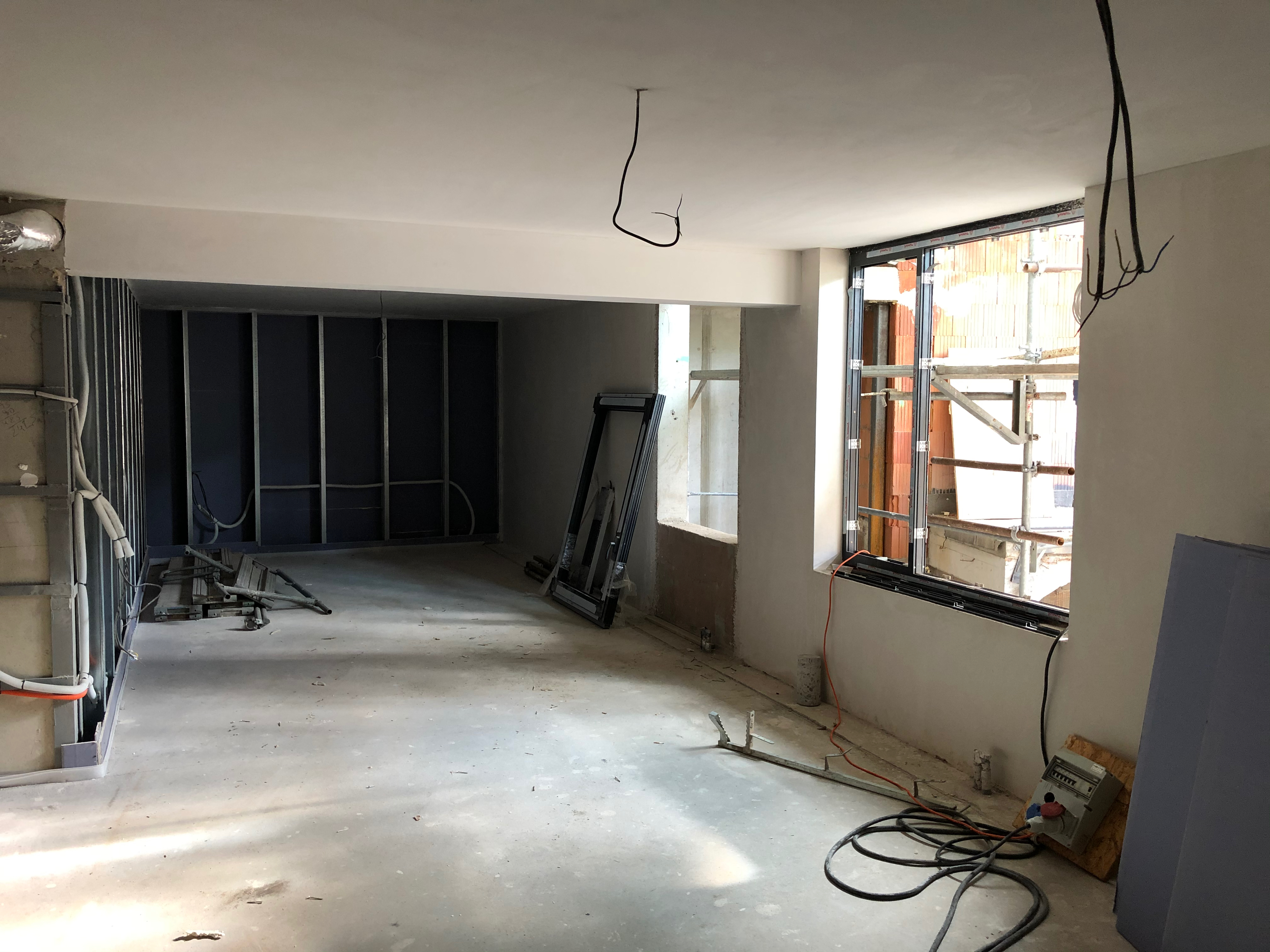 sklepní prostory - sádrová stěrka na stropech, sádrová omítka na stěnách