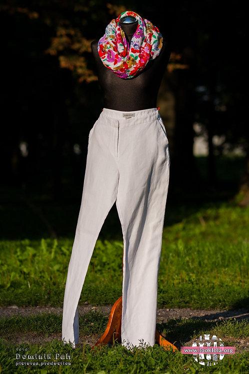 Białe lniane spodnie