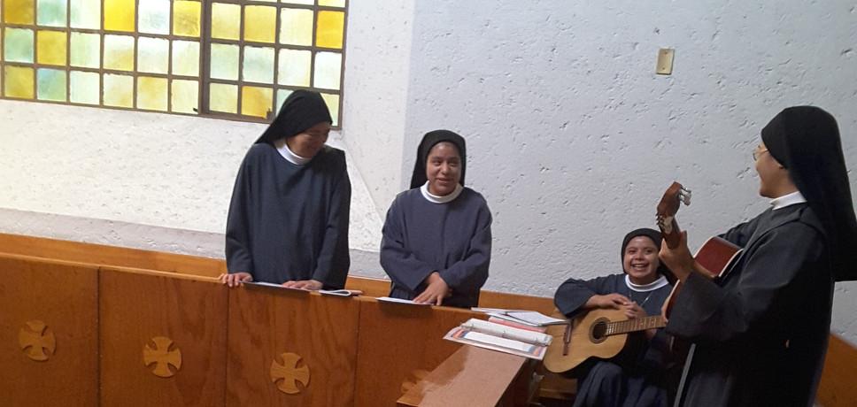 Tocando con guitarra la Primera Misa