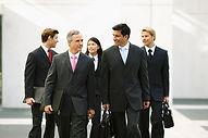Personas de negocios caminando