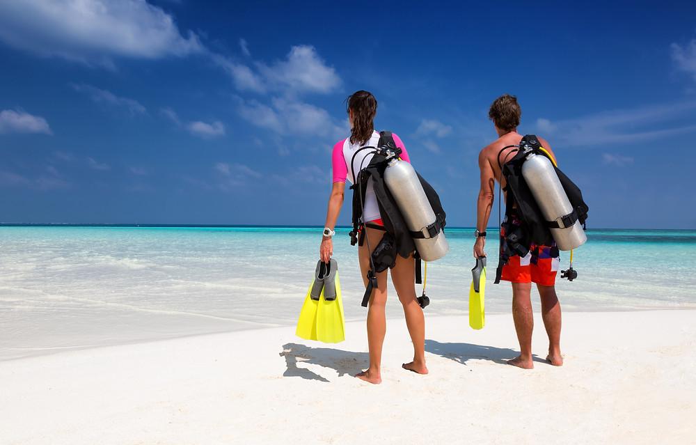 İki Genç İnsan Scuba Diving Yapmaya Gidiyor