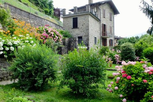 Giardino fiorito in villa