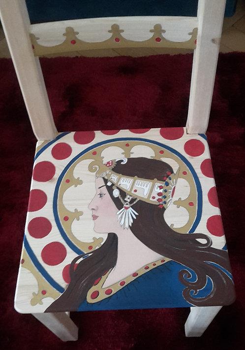 Stuhl mit Frauenportrait, bemalter Stuhl, Frau mit Schmuck, Frauengemälde auf Stuhl, Stuhl blaurot